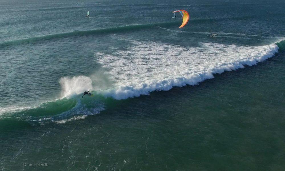 Plage de Sainte Barbe à Plouharnel (france, bretagne). Un kitesurfer qui se régale dans les vagues.